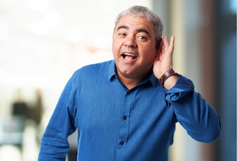 Hombre mayor haciendo gesto de que no escucha
