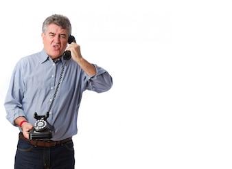 Hombre mayor mosqueado con un teléfono