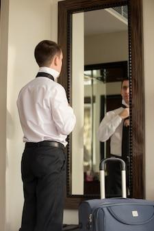 Hombre mirando a un espejo