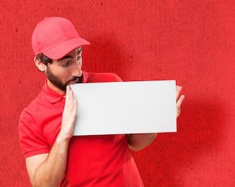 Hombre mirando su cartel