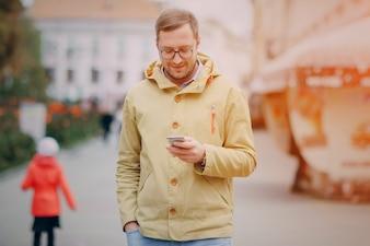 Hombre mirando teléfono inteligente