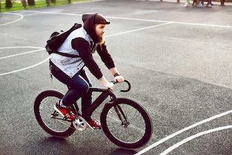 Hombre montando en bicicleta y divirtiéndose