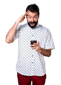 Hombre morena guapo con barba hablando con el móvil