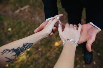Hombre, mujer, tenencia, manos, al aire libre