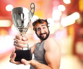Hombre musculado con un trofeo