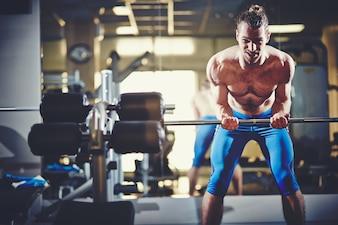 Hombre musculoso con brazos fuertes