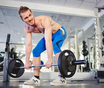 Hombre musculoso haciendo ejercicio intenso