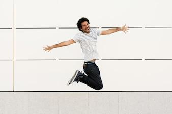 Hombre pasando un gran momento mientras salta