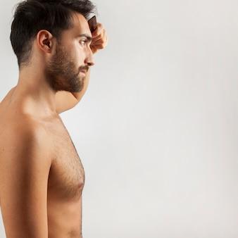 Hombre peinándose delante del espejo