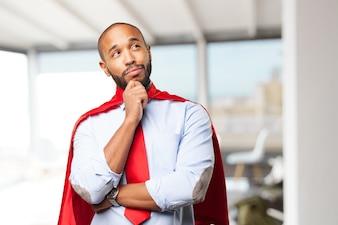 Hombre pensando con una capa