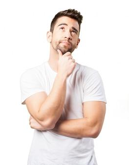 Hombre pensativo con una mano en la barbilla