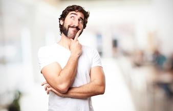 Hombre pensativo con una sonrisa