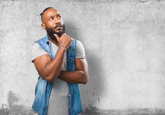 Hombre pensativo tocándose la barba