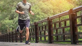 Hombre que corre. Macho, corredor, velocidad, entrenamiento, maratón, al aire libre