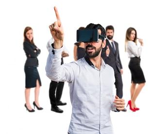 Hombre que usa las gafas de VR que tocan en la pantalla transparente