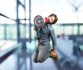 Hombre saltando con un megáfono