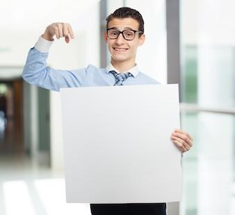 Hombre señalando su cartel