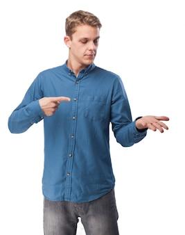Hombre señalandose a una mano