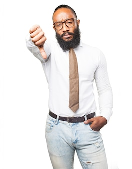 Hombre serio con corbata con un pulgar abajo