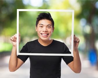 Hombre sonriendo con la cabeza en un marco