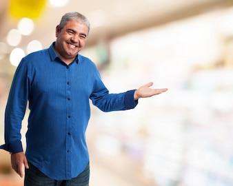 Hombre sonriendo con la palma levantada