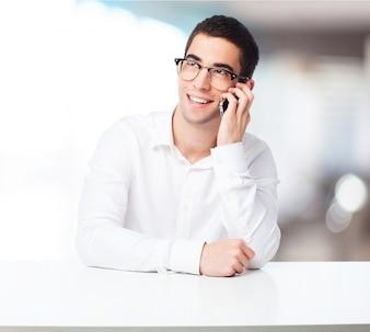 Hombre sonriendo hablando por un teléfono inteligente