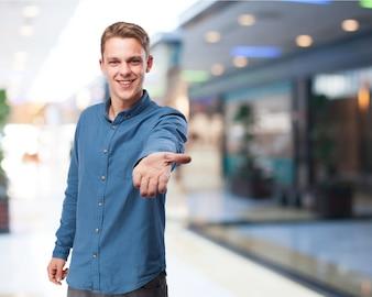 Hombre sonriendo ofreciendo su mano