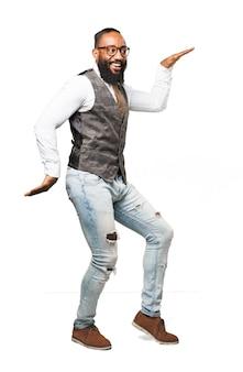 Hombre sonriendo y bailando estilo egipcio