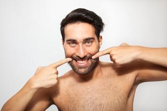 Hombre sonriendo y posando