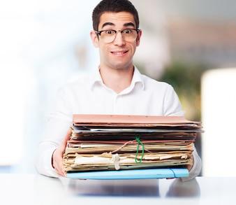Hombre sonriente con un montón de papeles en las manos