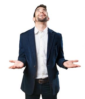 Hombre sonriente mirando al cielo