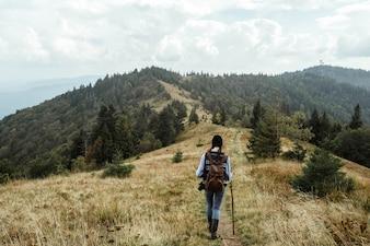 Hombre subiendo una colina