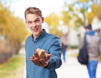 Hombre sujetando un juego de inteligencia de madera