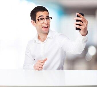 Hombre tomándose una autofoto