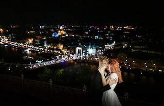 Hombre y mujer bailando encima de la ciudad