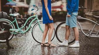 Hombre y mujer con bicicletas a los lados