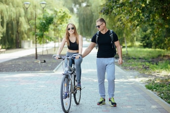 Hombre y mujer en el parque