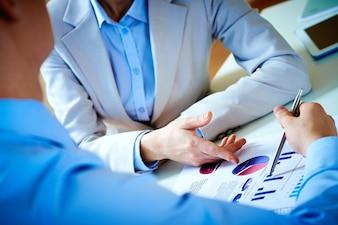 Hombres de negocio analizando gráficos de barras en su trabajo