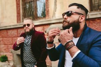 Hombres de negocios tocándose la barba