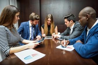 Hombres de negocios trabajando en la oficina