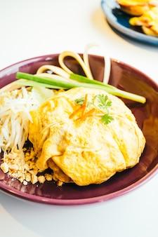 Huevo envoltura pad tailandés fideos