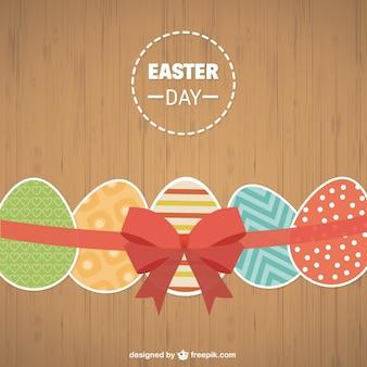 Huevos de Pascua en fondo de madera