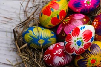 Huevos de pascua pintados con diferentes colores