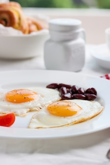 Huevos fritos en un plato
