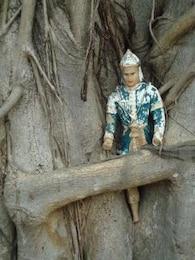 icono budista en un árbol