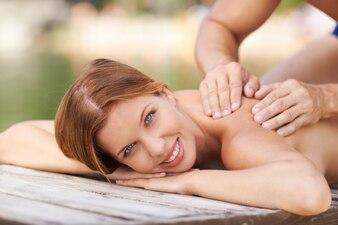 Idílico masaje en un embarcadero