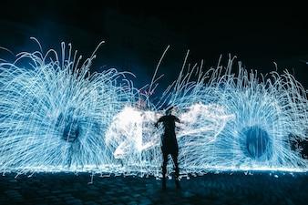 Imagen borrosa del hombre bailando con fuego