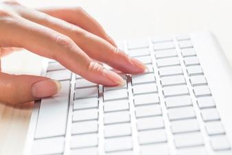 Imagen de las manos del hombre escribiendo. enfoque selectivo