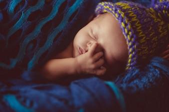 Increíble y dulce bebé recién nacido duerme en la canasta