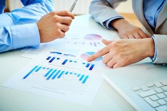 Informes de negocios y un portátil primer plano